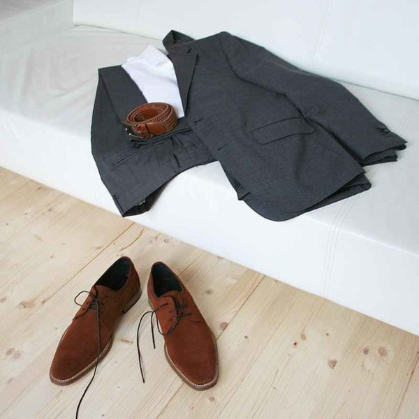 Foto Casual smart Herrenschuhe aus fuchsbraunem Rauleder vor Couch mit passendem Anzug_Modell 322
