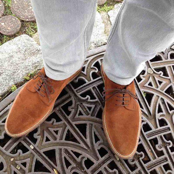 Foto Casual smart Herrenschuhe aus fuchsbraunem Rauleder in Kombination mit hellgrauer Jeans_Modell 322