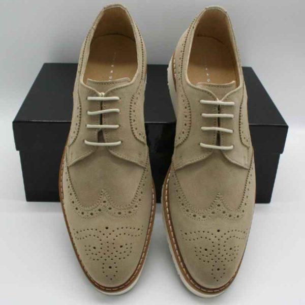 Foto leichte Herrenschuhe an schwarzen Schuhkarton angelehnt_Modell 226