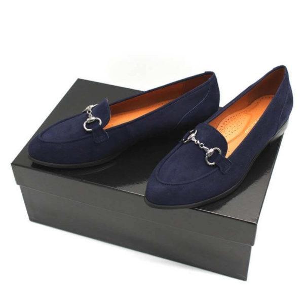 Foto zwei Loafer blau schräg nach vorne weisend auf schwarzem Schuhkarton_Modell 554