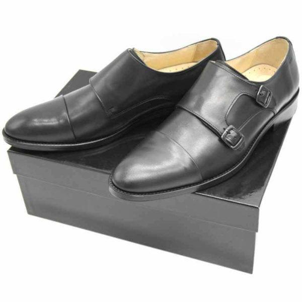 Foto von zwei schwarzen Monk Herrenschuhen auf schwarzem Schuhkarton - Modell Monk Business 305