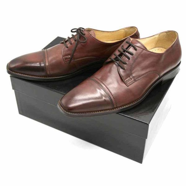Foto von zwei braunen Herrenschuhen auf schwarzem Schuhkarton - Modell Business international 328