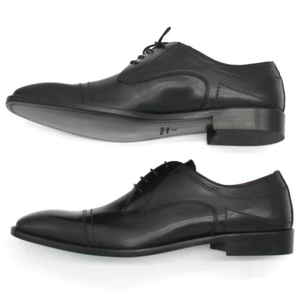 Foto Italienische Herrenschuhe schwarz mit Zehenkappe und markanter Sohle beide auf der Seite liegend nach links weisend_Modell 112