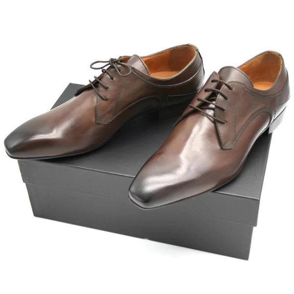 Foto Italienische Lederschuhe in Dunkelbraun auf schwarzem Schuhkarton_Modell 134