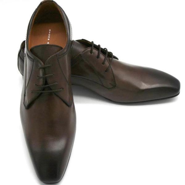 Foto Italienische Lederschuhe in Dunkelbraun einer auf den anderen gestützt. Der rechte Schuh zeigt nach vorne, der linke nach rechts_Modell 134