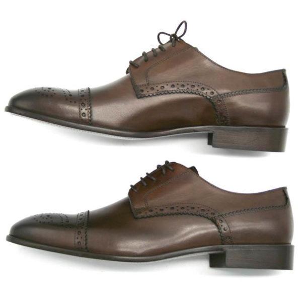 Foto Half Brogue Herrenschuh in Dunkelbraun mit Lochverzierung an der Zehenkappe. Zwei Schuhe beide nach links zeigend. Ansicht von der Seite_Modell 135