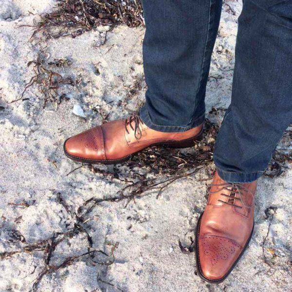 Foto Herrenbeine in Jeanshose mit 2 Business Schuhen in braun mit Captoe Verziehrung - Modell 232 Topmodischer Allrounder
