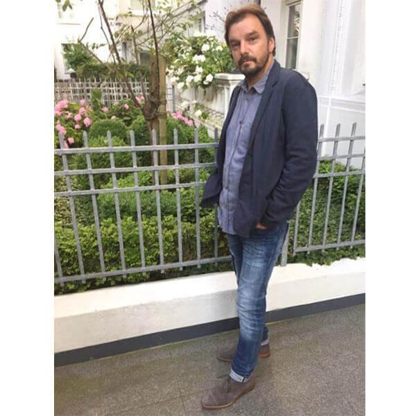 82d43fac160 Foto zeigt Mann im Casual-Look mit grauen Rauleder  Herrenstiefeletten-Modell 261