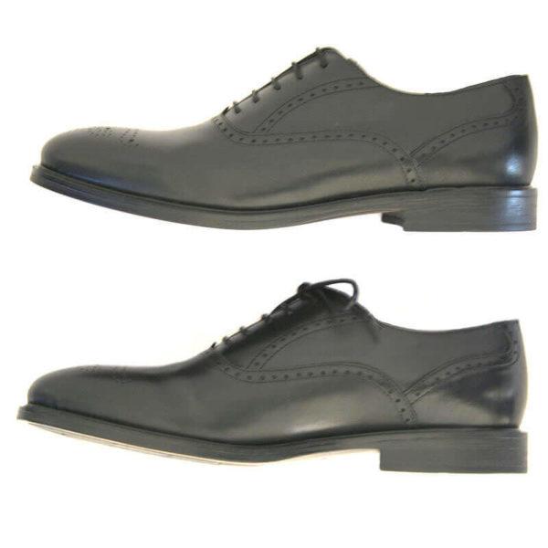 Foto von zwei schwarzen Oxford Glattleder Herrenschuhen mit Verzierung. Beide von der Seite nach links zeigend. Modell Oxford Plus