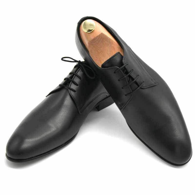 Foto von zwei schwarzen Herrenschuhen einer mit Schuhspanner mit goldenem Knauf - Modell Alltagsfavorit 304