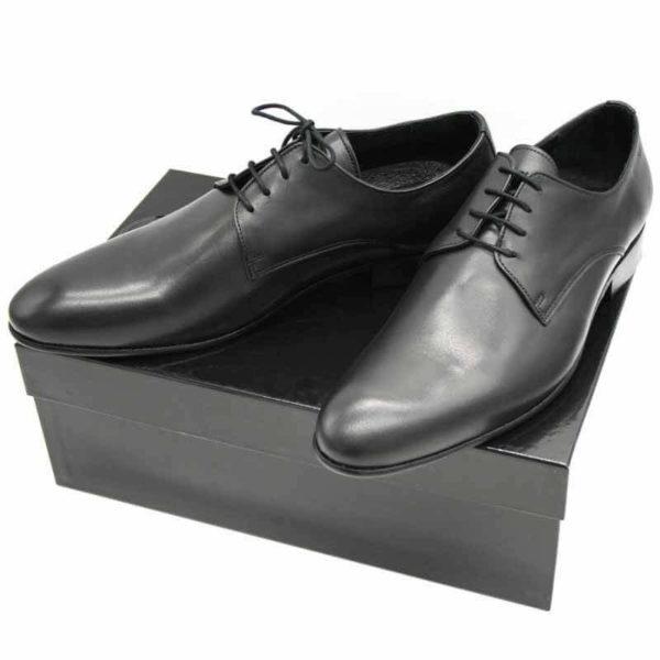 Foto von zwei schwarzen Herrenschuhen auf schwarzem Schuhkarton - Modell Alltagsfavorit 304