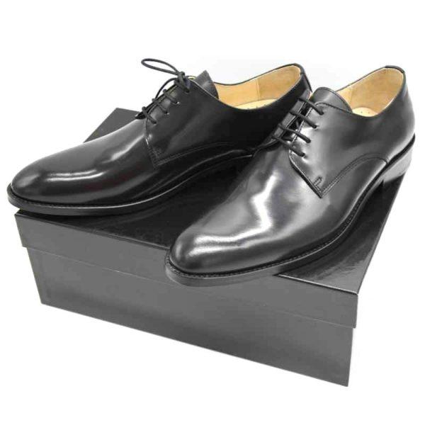 Foto von zwei schwarzen, polierten Herrenschuhen auf schwarzem Schuhkarton - Modell Business Klasse 306