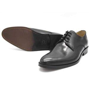 Foto von zwei schwarzen, polierten Herrenschuhen einer auf der Seite liegend, so dass die durchgenähte Sohle zu sehen ist - Modell Business Klasse 306