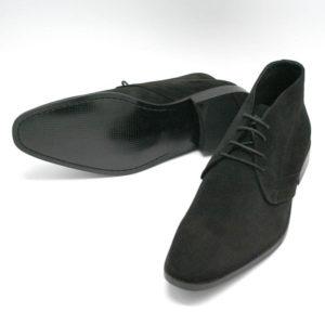 Foto_Wildleder Stiefelette Herren_zwei Herrenstiefeletten in schwarzem Rauleder einer liegend, so dass die Sohle zu sehen ist, der andere stehend nach vorne zeigend. Modell 307