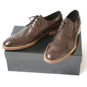 Foto-2 braune Herrenschuhe mit Teilperforation auf schwarzem Schuhkarton. Modell: Komfortabler Trendsetter-1