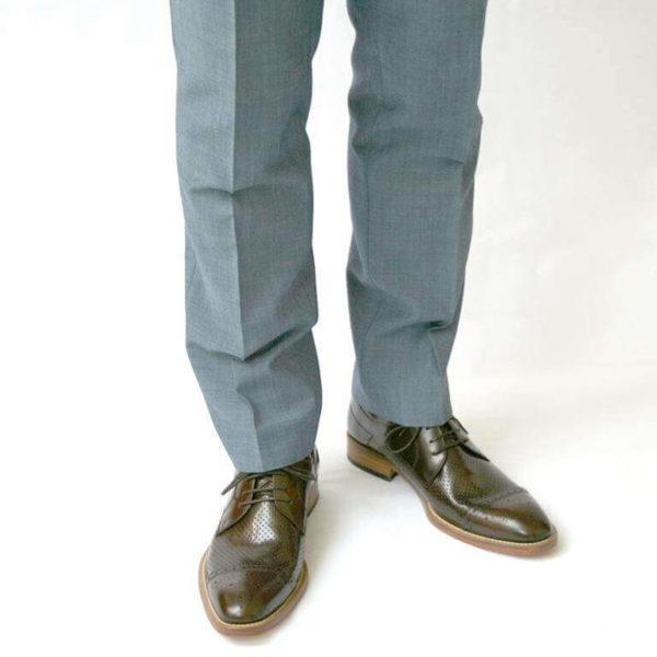 Foto-2 braune Herrenschuhe mit Teilperforation und gemusterter Zehenkappe mit hellblauen Anzughosenbeinen. Modell Komfortabler Trendsetter-6