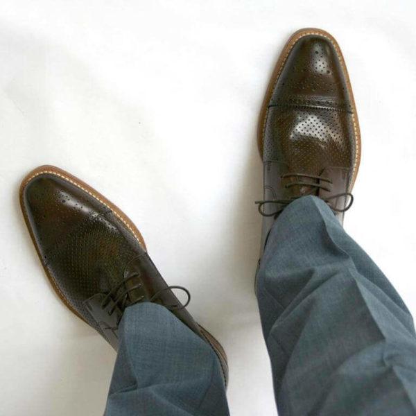 Foto-2 braune Herrenschuhe mit Teilperforation und gemusterter Zehenkappe aus der Sicht des Schuhträgers nach unten. Modell Komfortabler Trendsetter-7