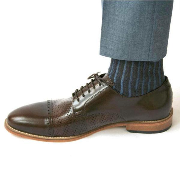 Foto-Ein brauner Herrenschuh mit Teilperforation mit Socke und hellblauem Anzughosenbein. Modell: Komfortabler Klassiker-5