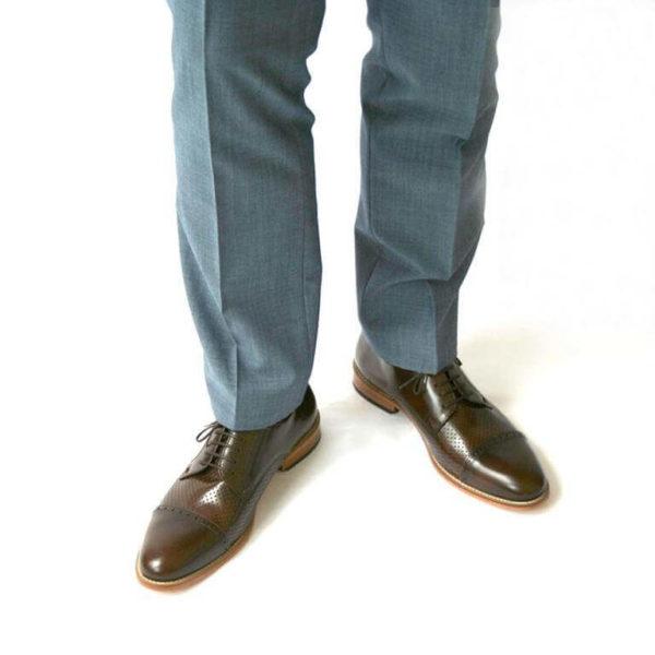 Foto-2 braune Herrenschuhe mit Teilperforation mit hellblauen Anzughosenbeinen. Frontalansicht. Modell: Komfortabler Klassiker-6