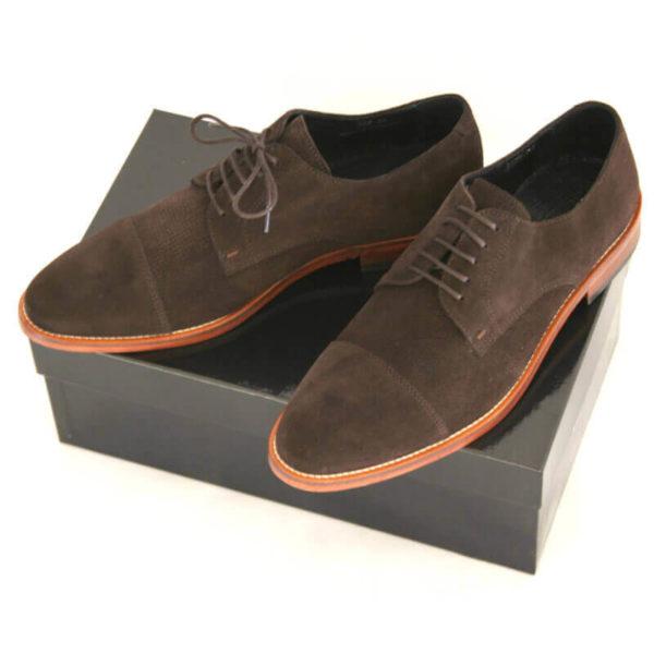 Foto von zwei mokkafarbenen Derby Rauleder Herrenschuhen mit Zehenkappe auf schwarzem Schuhkarton. Modell Top Wildleder