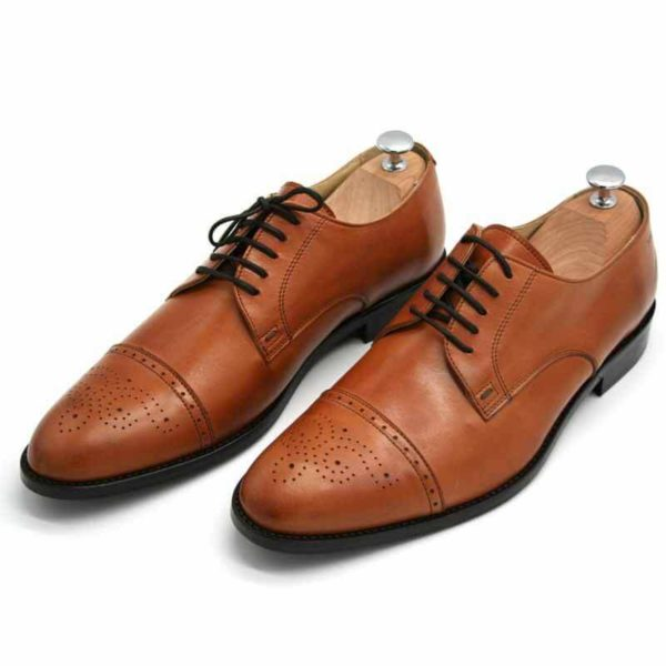 Foto von zwei cognacfarbenen Herrenschuhen beide mit Schuhspannern mit silbernem Knauf, nach vorne links weisend - Modell Business italienisch 327