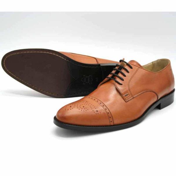 Foto von zwei cognacfarbenen Herrenschuhen einer auf der Seite liegend, so dass die durchgenähte Sohle zu sehen ist - Modell Business italienisch 327