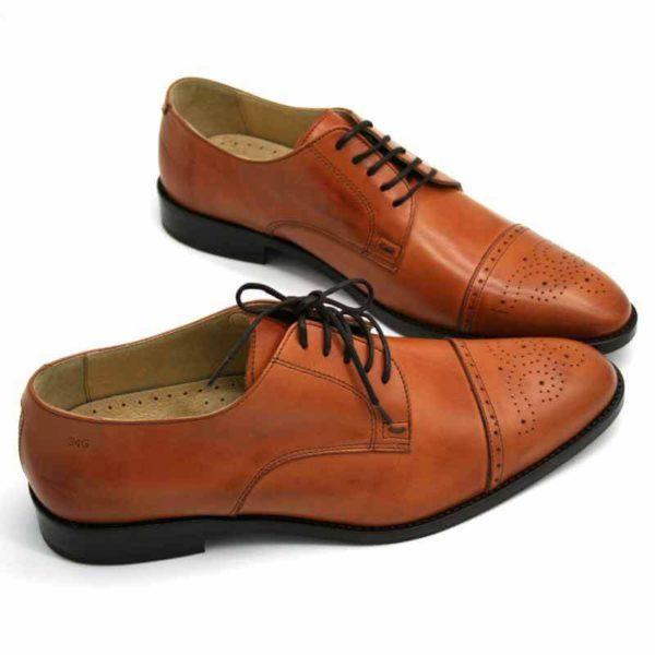 Foto von zwei cognacfarbenen Herrenschuhen beide nach rechts weisend mit den Schuhspitzen schräg zusammen - Modell Business italienisch 327