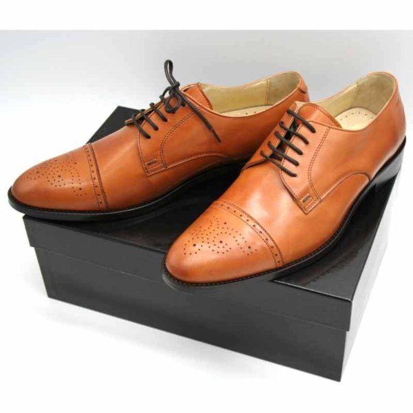 Foto von zwei cognacfarbenen Herrenschuhen auf schwarzem Schuhkarton - Modell Business italienisch 327