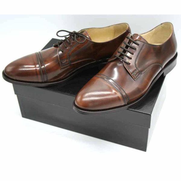 Foto von zwei braunen, schwarz changierenden Herrenschuhen auf schwarzem Schuhkarton - Modell Premium Klasse 329