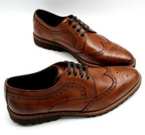 Foto Herrenschuhe Budapester braun mit den Schuhspitzen zueinander stehend - Modell 331