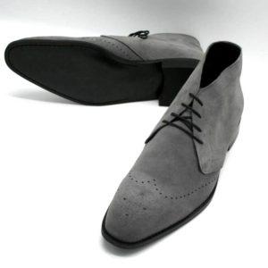 Foto graue Herrenstiefeletten, einer liegend so dass die schwarze Laufsohle zu sehen ist, der andere nach vorne zeigend_Modell 362