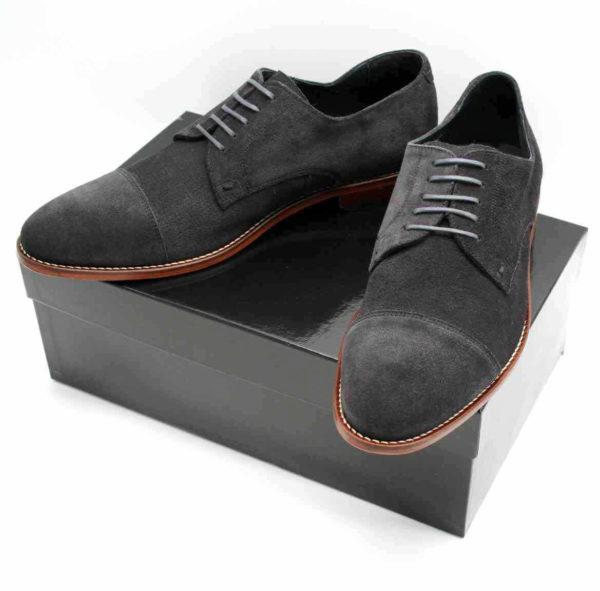 Foto Graue Wildlederschuhe beide auf schwarzem Schuhkarton_Modell 363