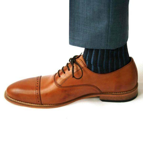 Foto-Ein Herrenschuh mit Oxford Schnürung in Brandy nach links zeigend mit Socke und Anzughosenbein. Modell: Oxford in Perfektion-371