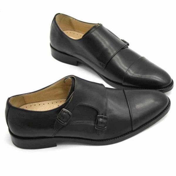 Foto von zwei schwarzen Monk Herrenschuhen beide nach rechts weisend mit den Schuhspitzen schräg zusammen - Modell Monk Business 305