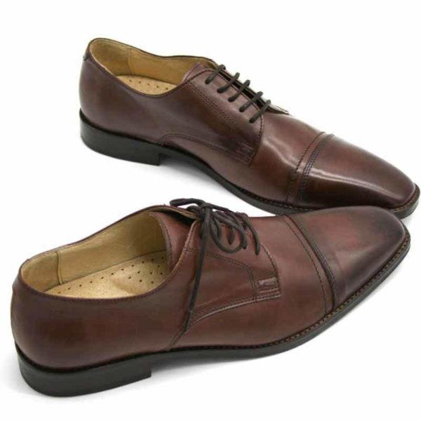 Foto von zwei braunen Herrenschuhen beide nach rechts weisend mit den Schuhspitzen schräg zusammen - Modell Business international 328
