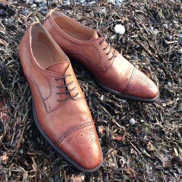 Foto Business Schuhe braun auf Tang am Strand. Modell 232 mit Captoe Verziehrung
