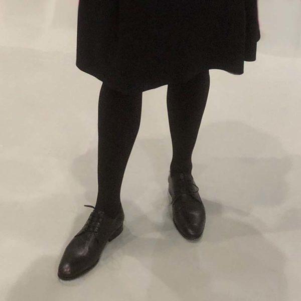 Foto zeigt Damenbeine mit dunkler Strumpfhose und Rock mit Damen Schnürschuh Modell 404