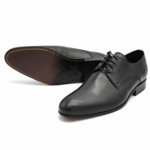 Foto von zwei Damen Schnürschuhen. Der eine liegend, so dass die Ledersohle mit durchgenähter Naht zu sehen ist, der andere nach vorne links zeigend. Modell: 404-Damen Schnürschuh-1