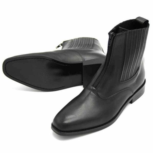 Foto von zwei schwarzen Stiefeletten mit Reißverschluss vorne und flachem Absatz. Eine liegend, so dass die schwarze Sohle erkennbar ist. Die andere stehend nach links weisend. Modell: 411-Schwarze Stiefelette_2
