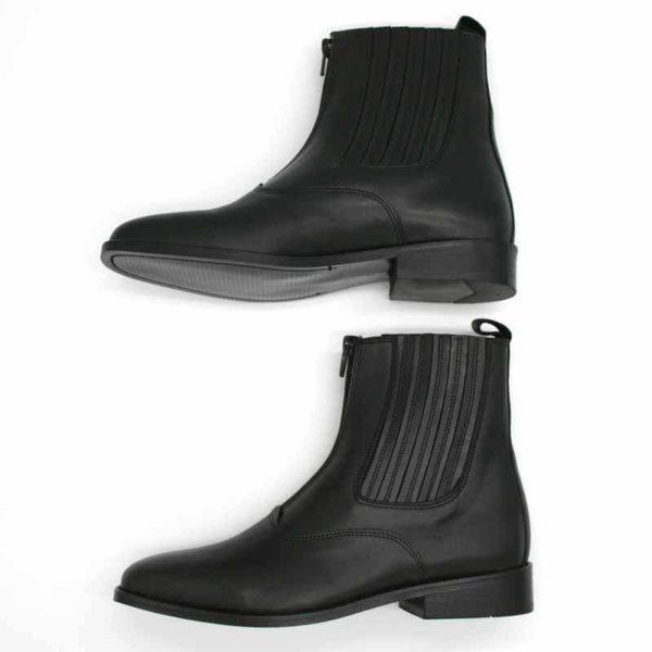 Foto von zwei schwarzen Stiefeletten mit Reißverschluß vorne und flachem Absatz. Eine liegend, so dass die schwarze Sohle erkennbar ist. Die andere stehend nach links weisend. Modell: 411-Schwarze Stiefelette_3