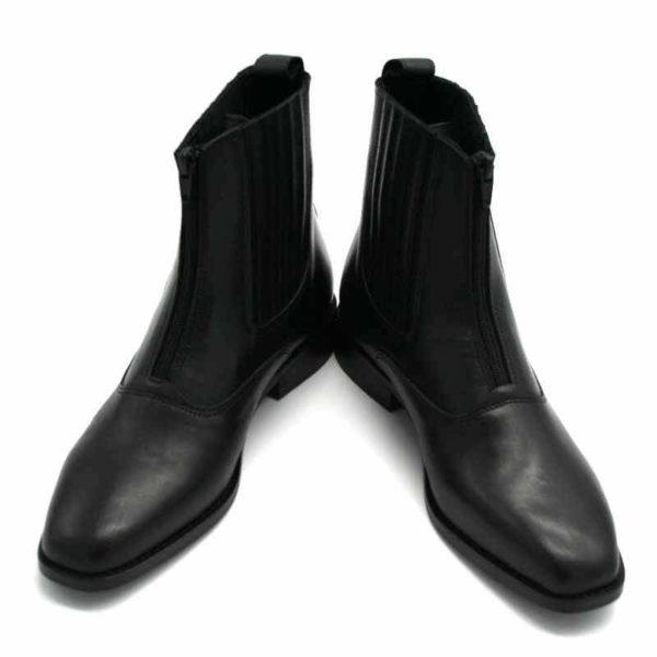 Foto von zwei schwarzen Stiefeletten mit Reißverschluß vorne und flachem Absatz. Beide nach rechts zeigend, an der Spitze zusammen. Modell: 411-Schwarze Stiefelette_4
