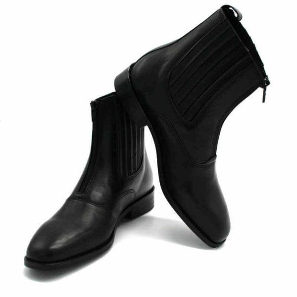 Foto von zwei schwarzen Stiefeletten mit Reißverschluß vorne und flachem Absatz. Eine zeigt nach rechts, die andere nach links. Modell: 411-Schwarze Stiefelette_6