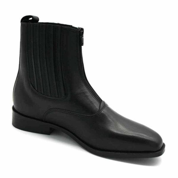 Foto von zwei schwarzen Stiefeletten mit Reißverschluß vorne und flachem Absatz. Eine stehend, die andere quer dagegen gelehnt. Modell: 411-Schwarze Stiefelette_7