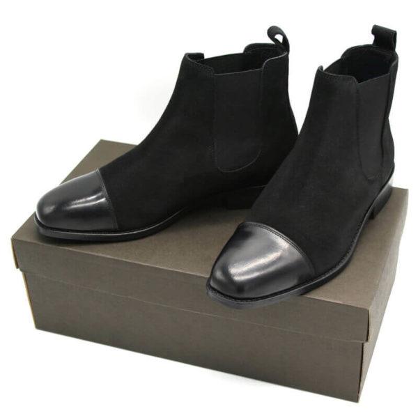 Foto von zwei schwarzen Chelsea Stiefeletten mit polierter Zehenkappe auf dunkelbraunem Schuhkarton - 412 Chelsea Schwarz