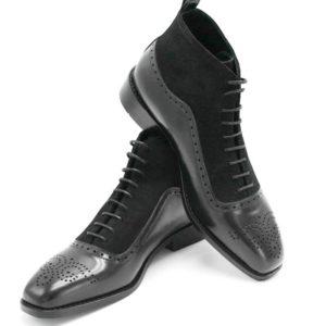 Foto von Schnürstiefelette schwarz links und rechts von schräg oben auf schwarzem Schuhkarton_Modell 413