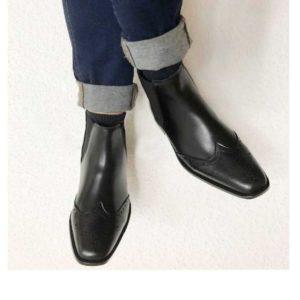 Foto Chelsea Budapester Stiefeletten schwarz an übereinandergeschlagenen Jeansbeinen_Modell 414