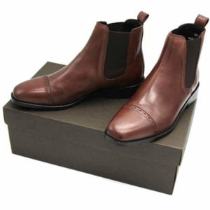 Foto von zwei braunen Chelsea Stiefeletten auf dunkelbraunem Schuhkarton. Modell: 421 - Chelsea Braun_1