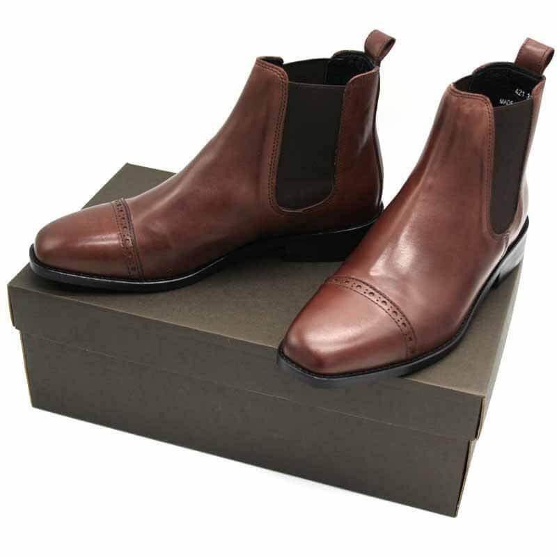 Foto von zwei braunen Chelsea Stiefeltten auf dunklebraunem Schuhkarton. Modell: 421-Chelsea Braun_1