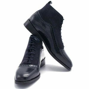 Foto Damen Schnürstiefelette aus poliertem Leder und aus Raulder. Die linke Stiefelette lehnt seitlich an der rechten Stiefelette. Modell 451-Schnürstiefelette_1