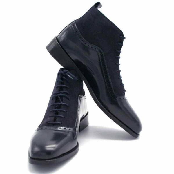 Foto von dunkelblauer Schnürstiefelette aus poliertem Leder und aus Raulder. Die linke Stiefelette lehnt seitlich an der rechten Stiefelette. Modell 451-Schnürstiefelette_1